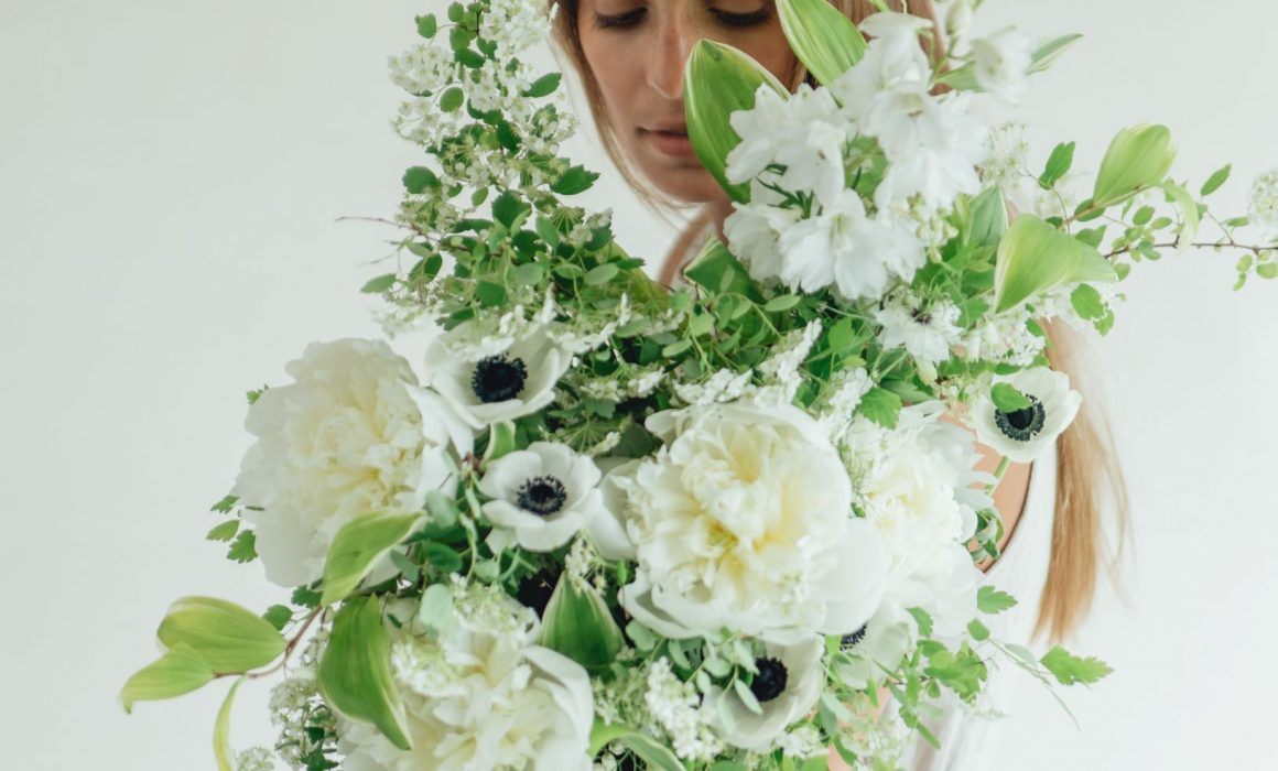 bride_holding_black_and_white_bouquet_with_silk_and_willow_noir_ribbon